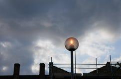 Gesilhouetteerde huizen in de stad, steiger en lamp Royalty-vrije Stock Foto