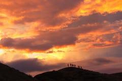 Gesilhouetteerde klimmers op vulkanische rand van Masaya-vulkaan bij zonsondergang stock afbeeldingen