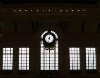 Gesilhouetteerde klok en vensters van historisch station Royalty-vrije Stock Fotografie