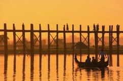 Gesilhouetteerde mensen op de Brug van U Bein bij zonsondergang, Amarapura, Myanma Stock Foto