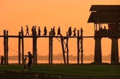 Gesilhouetteerde mensen op de Brug van U Bein bij zonsondergang, Amarapura, Myanma Stock Afbeeldingen