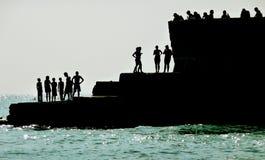 Gesilhouetteerde Mensen op de Kust van Brighton Stock Afbeeldingen