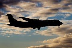 Gesilhouetteerde vliegtuigen tijdens de vlucht Stock Foto's