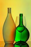 Gesilhouetteerde wijnglas en flessen Royalty-vrije Stock Afbeeldingen