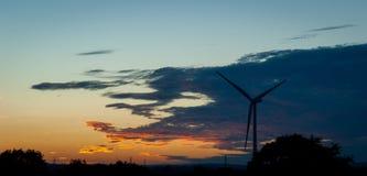 Gesilhouetteerde Windturbine bij Zonsondergang royalty-vrije stock fotografie