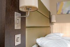 Geslapen die beddegoed en hoofdkussen in een moderne slaapkamerflat wordt gezien stock foto's