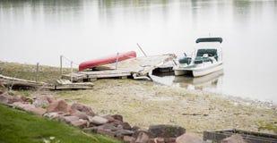 Gesloopt Dok & Beschadigde Boot op Water na Onweer stock afbeeldingen