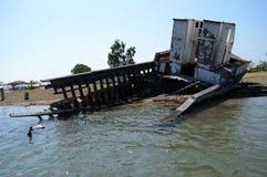 Gesloopt schip in de kust Stock Afbeelding