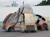 Gesloopte Auto's sculptue bij van het rasitajaã van Volvo oceaansc Brazilië Royalty-vrije Stock Fotografie