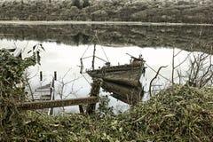 Gesloopte en verlaten boot bij het Westenloch, Tarbert in Argyle en Bute, Schotland stock foto's