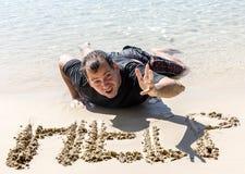 Gesloopte mens op de kustlijn stock afbeelding