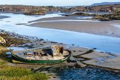 Gesloopte vissersboot op een strand royalty-vrije stock foto's