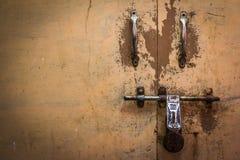 Gesloten antieke deuren in Azië royalty-vrije stock foto