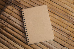 Gesloten Bruin notaboek op een bamboeachtergrond, eenvoudige textuur Royalty-vrije Stock Afbeeldingen