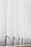 Gesloten bureauvenster Verticale witte jaloezie Royalty-vrije Stock Foto's