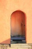 Gesloten deur, mediterraan stijlterracotta Stock Foto's