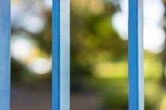 Gesloten die park door blauwe poort in de zomer wordt gezien Royalty-vrije Stock Foto's