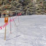 Gesloten die teken en barricade tegen een grond met dichte sneeuw in Parkstad wordt behandeld royalty-vrije stock foto
