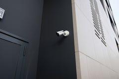 Gesloten donkere deuringang van nachtclub of disco met veiligheidscamera stock afbeelding