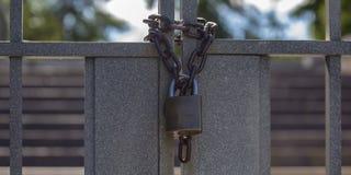 Gesloten dubbele poorten met ketting en hangslot royalty-vrije stock afbeeldingen