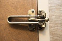 Gesloten en gesloten bruine houten deur met gekleurd kopermessing latc stock afbeeldingen