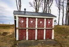 Gesloten en gesloten bijgebouwtoilet met vier deuren Stock Afbeeldingen