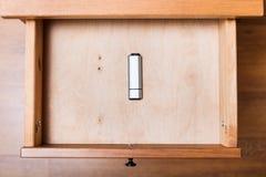 Gesloten flitsaandrijving in open lade Stock Afbeeldingen