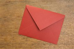 Gesloten geweeste Envelop op een Houten Lijst Stock Afbeelding