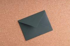 Gesloten geweeste Groene Envelop op cork achtergrond Royalty-vrije Stock Fotografie