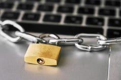 Gesloten hangslot met ametallic ketting op een laptop toetsenbord Het concept van de Cyberveiligheid stock fotografie