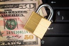 Gesloten hangslot, toetsenbord en geld - gegevensbeveiliging Stock Afbeelding
