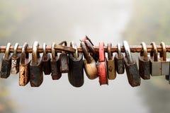 Gesloten Hangsloten op Metaallijn Royalty-vrije Stock Afbeelding