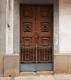 Gesloten houten deur in een oud gebouw Stock Foto's