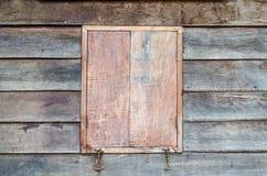 Gesloten houten venster van retro huis Stock Afbeeldingen