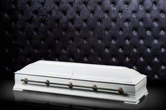 Gesloten houten witte doodskist op grijze luxeachtergrond kist, sarcofaag op koninklijke achtergrond Stock Afbeeldingen