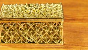 Gesloten juwelenvakje voor decoratie met een hartpatroon op een houten lijst stock video