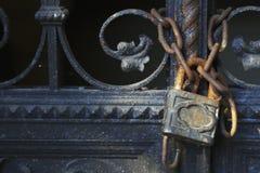 Gesloten metaaldeur met slot royalty-vrije stock foto