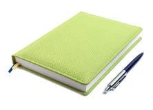 Gesloten notitieboekje en pen Royalty-vrije Stock Foto's