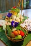 Gesloten omhoog deletable imitatievruchten marsepein met verscheidenheid van Thaise traditionele snoepjesschotel stock fotografie