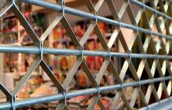 Gesloten omhoog het Blinddeur van de Roestvrij staalrol in Perspectiefmening met Selectieve Nadruk Stock Foto's