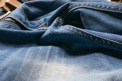 Gesloten omhoog jeans met leerriem, selectieve nadruk Stock Afbeelding