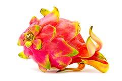 Gesloten omhoog Levendig en Trillend Dragon Fruit tegen voor verkoop in een lokale voedselmarkt draakvruchten tegen witte achterg Royalty-vrije Stock Foto's