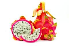 Gesloten omhoog Levendig en Trillend Dragon Fruit tegen voor verkoop in een lokale voedselmarkt draakvruchten tegen witte achterg Stock Afbeeldingen