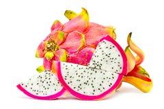 Gesloten omhoog Levendig en Trillend Dragon Fruit tegen voor verkoop in een lokale voedselmarkt draakvruchten tegen witte achterg Stock Foto