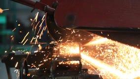 gesloten omhoog metaalzaag die een staal snijden stock videobeelden