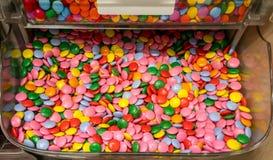 Gesloten omhoog multikleurensuikergoed met een laag bedekte chocolade in duidelijke doos Royalty-vrije Stock Foto's