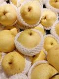 Gesloten omhoog stapel van verse peren in de markt Stock Afbeeldingen