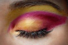 Gesloten oog met kleurrijke make-up Stock Foto