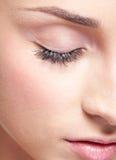 Gesloten oog met oogschaduwwen Stock Foto's