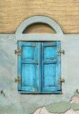 Gesloten oud lichtblauw vensterblind royalty-vrije stock fotografie